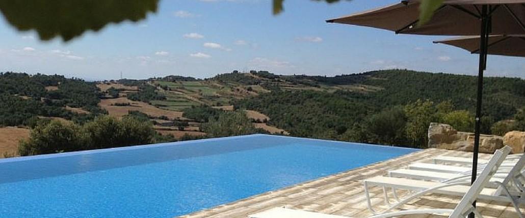Piscinas para casas claves para mantener una piscina en for Instalar piscina precios