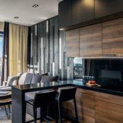 Una cocina amplia con suelos de madera.