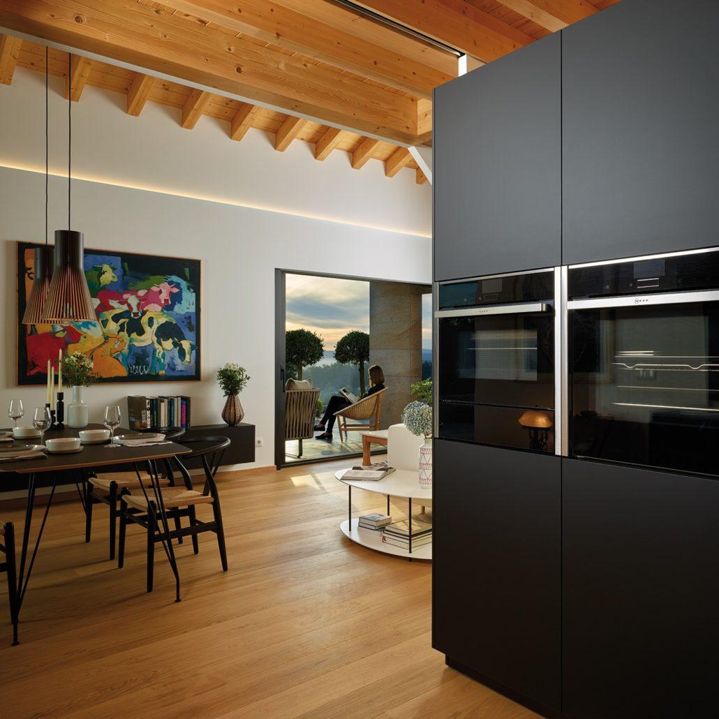 Cocina integrada en tonos negros.