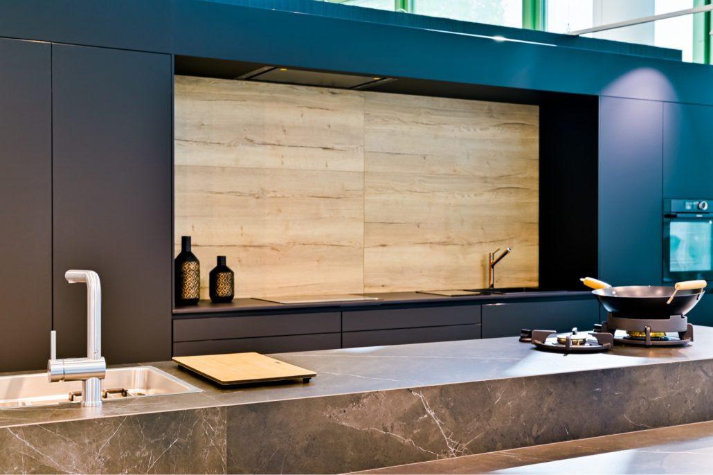 Electrodomésticos en la cocina, diseño del showroom de Pinto de Discesur.